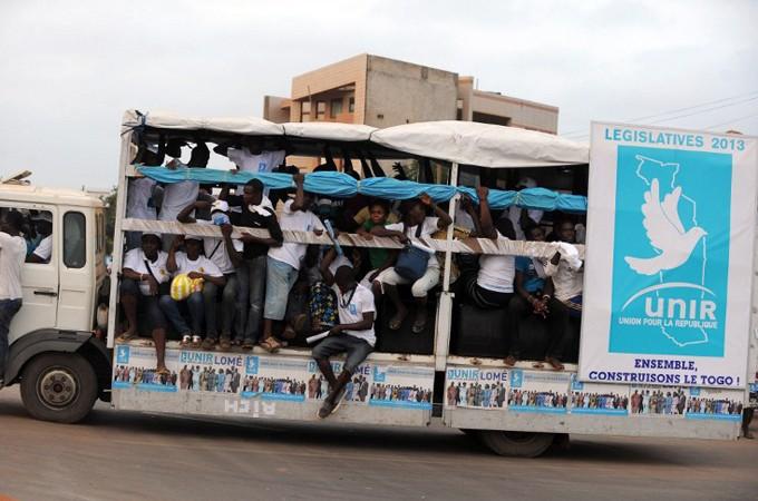 Bus attivisti partito al potere