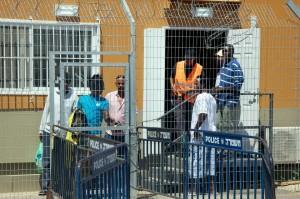 rifugiati dietro inferriata