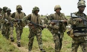 militari perlustrano