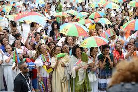 folla con ombrelli
