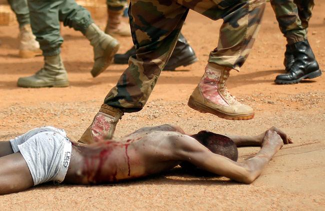 soldato calpesta testa