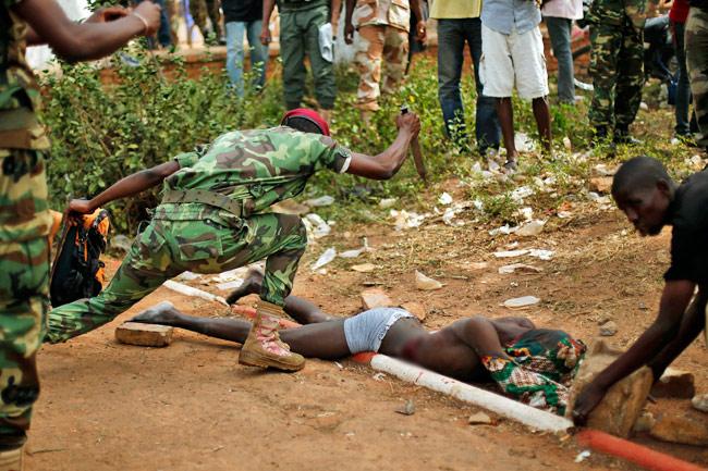 soldato uccide con coltello