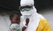 infermiere mascherato con bimba