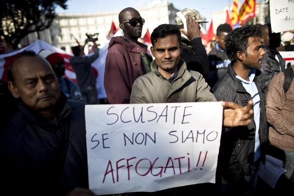 Cortei Roma: in piazza anche immigrati, via Bossi-Fini