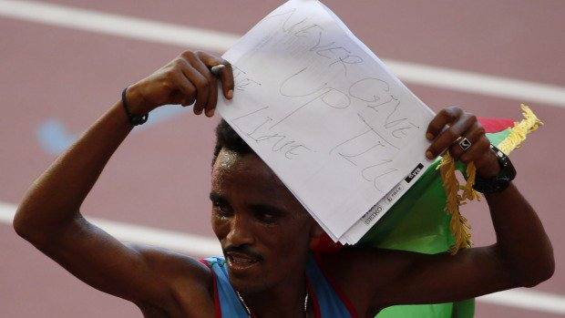 Ghirmay Ghebreslassie mostra la scritta