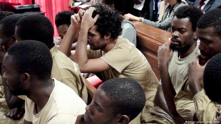 Il gruppo di dissidenti fotografati in aula durante il processo (Foto DPA)