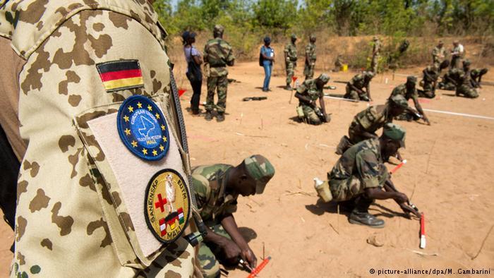 Militare del contingente europeo addestra soldati maliani
