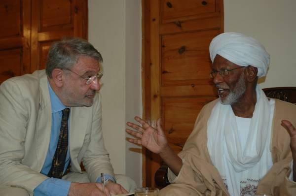 Hassan Al Turabi con Massimo Alberizzi durante un'intervista tre anni fa