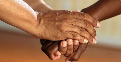 mani bianche e nere