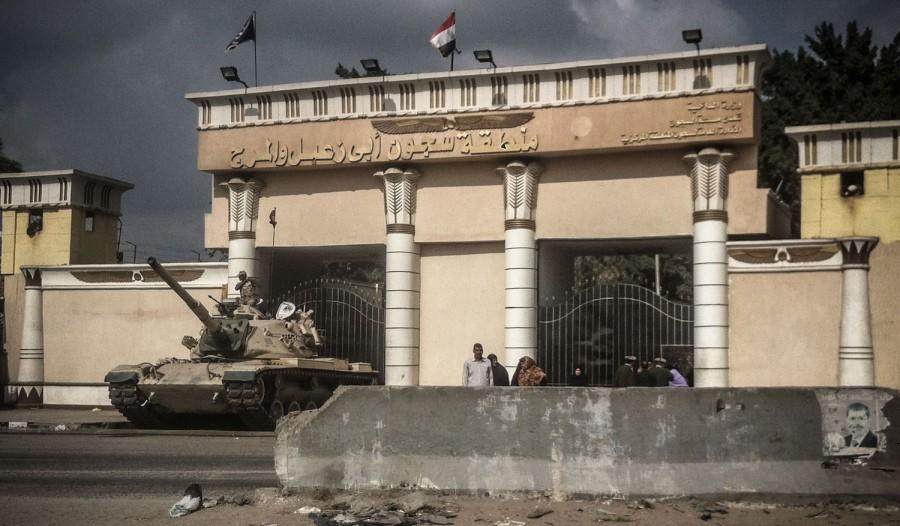 Un carro armato schierato a difesa della prigione al Cairo