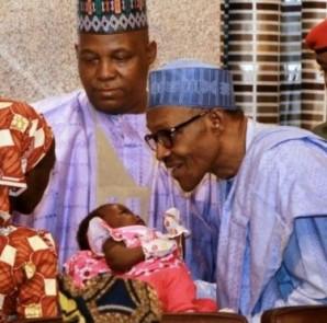 Il presidente Buhari saluta Amina Ali subito dopo la sua liberazione