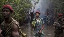 Militanti del Niger Delta Avengers in marcia nel fiume