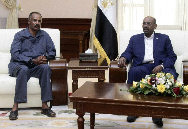 Sudanese President Omar al-Bashir (R) sits with his Eritrean counterpart Isaias Afwerki (L) during a meeting following the latter's arrival in SUdan's capital Khartoum, on June 11, 2015. AFP PHOTO / EBRAHIM HAMID