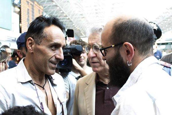 Da sin. Roberto Berardi al suo arrivo in Italia con il senatore Luigi Manconi e Andrea Spinelli Barrile