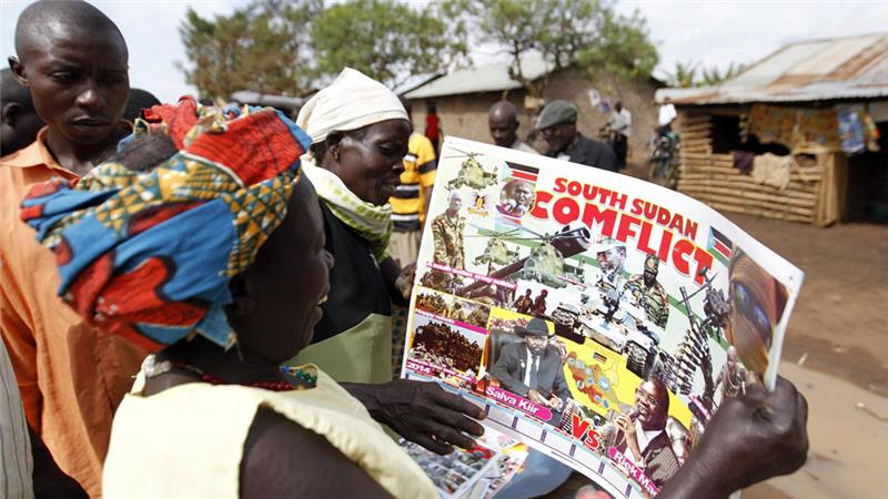 Rifugiati provenienti dal Sud Sudan in un campo profughi in Uganda, guardano un fotomontaggio sulla guerra civile che sta devastando il loro Paese.[Thomas Mukoya/[Reuters]