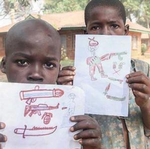 Bambini mostrano disegni di armi