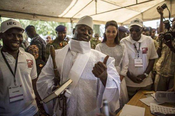 Yahyah Jammeh al seggio elettorale alle recenti elezioni che si sono tenute a inizio dicembre