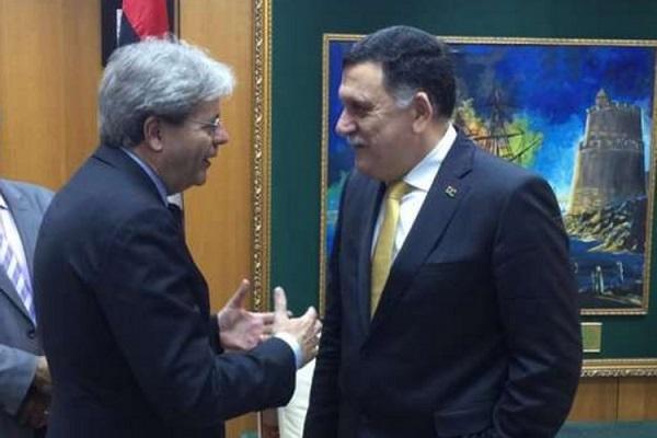 Paolo Gentiloni con il premier libico Serraj a Tripoli