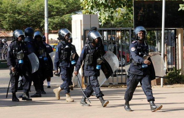 spiegamento delle forze dell'ordine a Banjul, capitale del Gambia