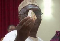 """Ministro """" Mines and Natural Resources"""", della Sierra Leone, Minkailu Mansaray, con il diamante di 706 carati"""