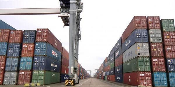 Containers di Bolloré stoccati nel porto di Lagos