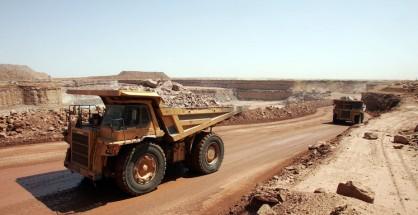 Camion che trasportano rocce contenti uranio nel Niger
