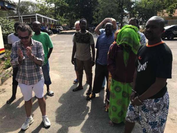 Mario Mele (a sinistra). Dietro al gruppo di destra si intravedono Stefano Poli e Fulvio Leone, insieme agli altri arrestati nel recente blitz della polizia keniota