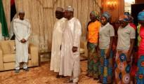Le ragazze liberate insieme al presidente della Nigeria, Muhammadu Buhari