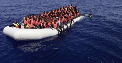 Migranti su gommone in mare