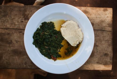 Tipico piatto africano a base di ugali (polenta bianca di mais) e mchicha (tipo di verdura locale simile agli spinaci)