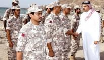 Il ministro della Difesa del Qatar, Khalid Al Attiyah e uomini delle truppe al confine eritreo-gibutiano
