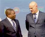 Da sin. il presidente mozambicano Filipe Nyusi e l'ad Eni Claudio Descalzi (courtesy Eni)