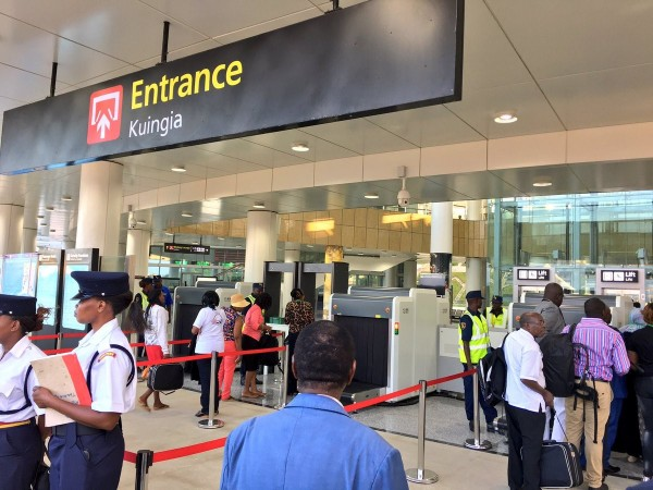 I viaggiatori accedono ai controllo di sicurezza della nuova stazione ferroviaria di Mombasa prima di accedere all'imbarco
