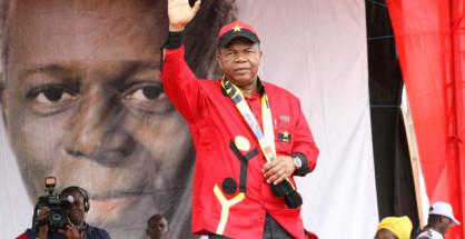 João Lourenço, il probaile vincitore di queste elezioni in Angola. Sullo sfondo, il presidente uscente, Edoardo dos Santos