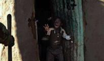 Slum di Kibera, Nairobi. Un bambino terrorizzato davanti al poliziotto che si avvicina