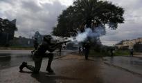 Un poliziotto mentre sta sparando lacrimogeni a Kisumu