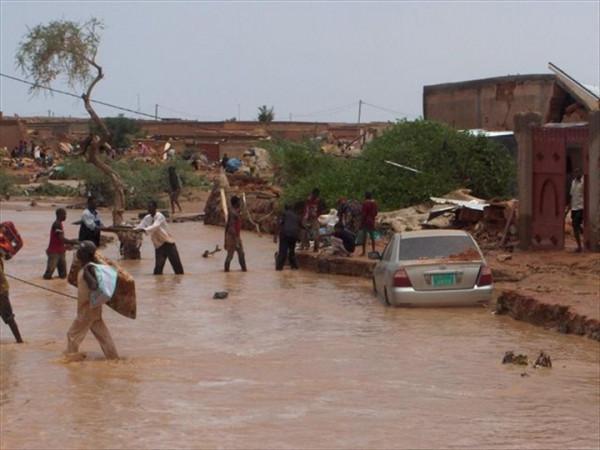 La forte inondazione nel Niger ha provocato il blocco di molte strade