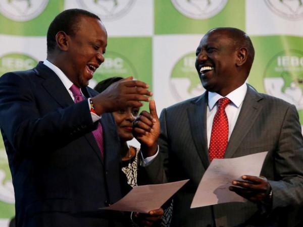 Il presidente Uhururu Kennyatta, si congratula con il suo vice, William Ruto subito dopo che entrambi sono stati riconfermati nelle rispettive cariche