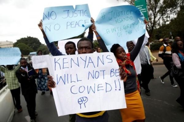 """""""Non saremo più depredati"""", """"Non c'è pace senza giustizia"""", """"Integrità nel voto"""", dicono questi cartelli issati dai sostenitori di Raila Odinga"""