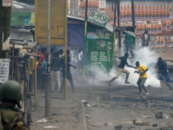 Un'immagine degli scontri scoppiati nella notte nello slum di Mathare, Nairobi