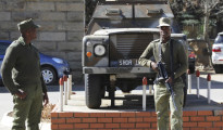 Militari davanti al quartiere generale di Maseru, capitale del Lesotho