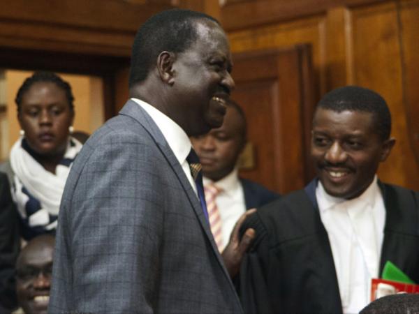 Raila Odinga si congratula con un giudice della Corte Suprema dopo la sentenza