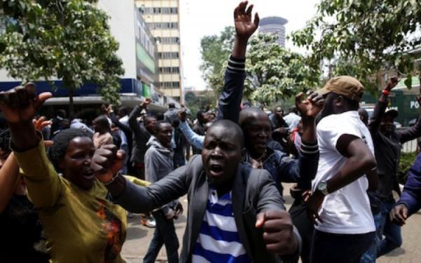 Sostenitori di Raila festeggiano per le strade di Nairobi la sentenza che dà ragione al loro leader