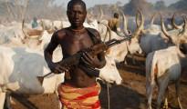 Pastore semi-nomade fulani con fucile automatico