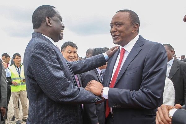 I due acerrimi rivali, Raila Odinga e Uhuru Kenyatta. Sorrisi genuini?