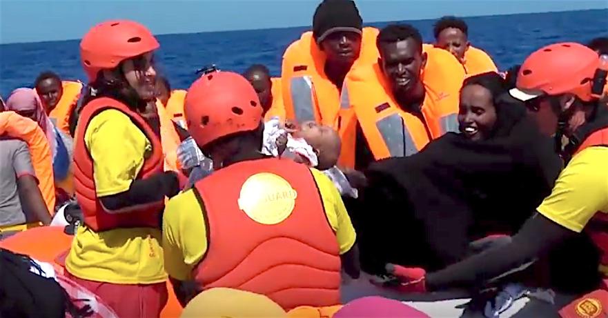 Salvataggio di migranti di Open Arms nel Mediterraneo (courtesy Proactiva OpenArms)