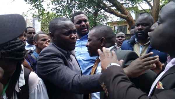 Un momento dell'aggressione ai giornalisti