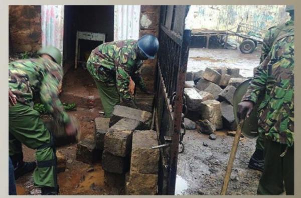 Poliziotti rimuovono l'ostruzione che bloccava l'accesso al seggio elettorale di Kibera