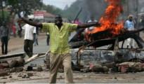 La carcassa bruciata di un'auto bruciata usata come barricata a Kibera, uno degli slam di Nairobi
