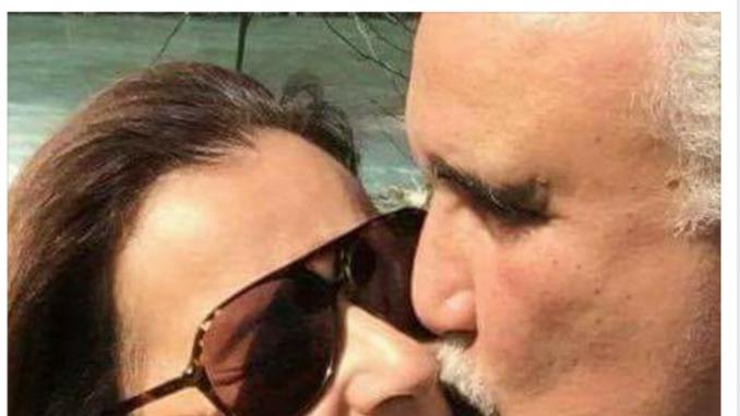 Raouf el-May, parlamentare tunisino, mentre bacia la sua compagna in pubblico per protestare contro la condanna dei due giovani